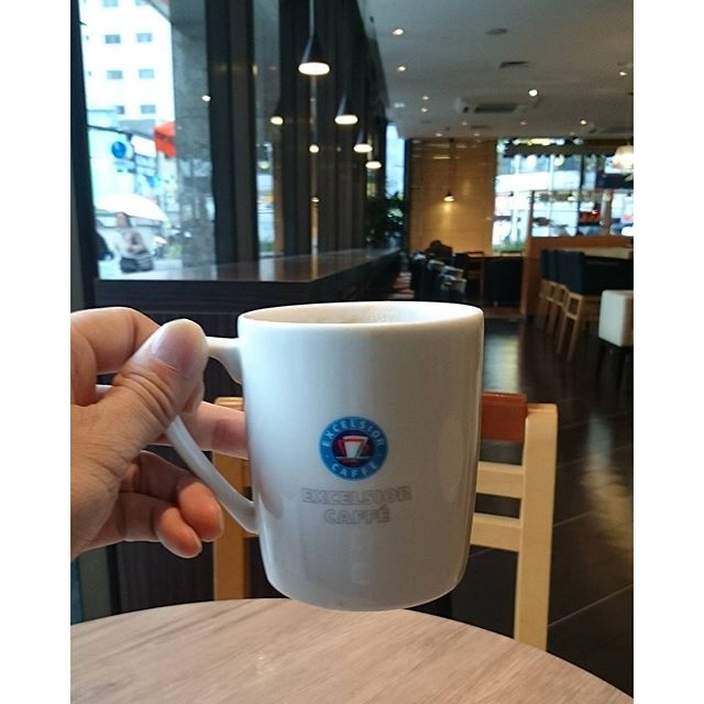 #朝活 #エクセルシオール #カフェラテ 世間は #モーニングコーヒー してる人が多いかと思ったらそうでもないよね。 何か外の時間と流れが違うにゃぁ