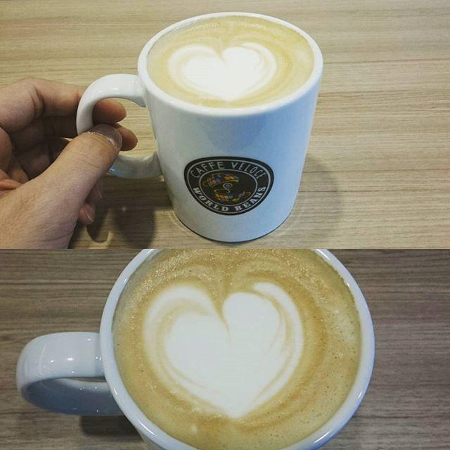 #朝カフェ #ベローチェ #カフェラテ #ハート きた! 今日は良いことありそうだにゃ!  これは間違いなく 愛の #告白 ととらえて問題ないレベルにゃ! ついに嫁候発見か!? #朝活 #cafe