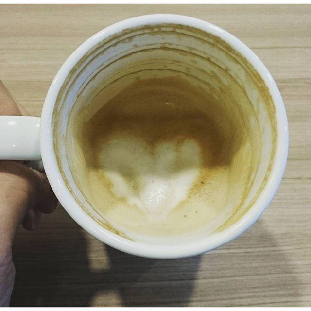 #朝カフェ #ハート を壊さないで最後まで飲む方法を開発したにゃ! #ノーベル賞 レベルの大発見にゃ! #朝活 #cafe #coffee #カフェラテ