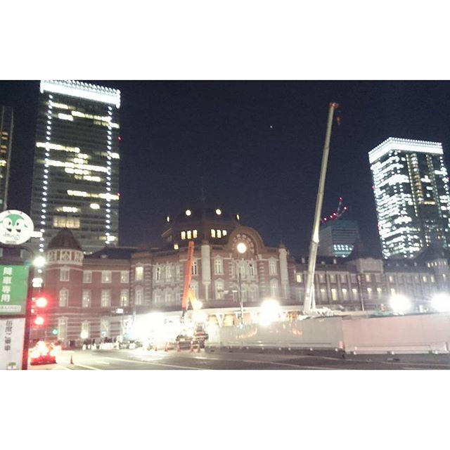 #東京駅 の #夜景 を見つつ #丸ビル へ向かいます。 #新丸ビル かも? なんかそれっぽいところでやるんだって #tokyo  #japan