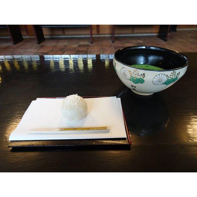 #東京散歩 #新宿御苑 #楽羽亭 #抹茶 きたー!これよこれ!かっこいい!着物のベテランさんがたててくれた #抹茶 でございますな #器 もかっこいい!