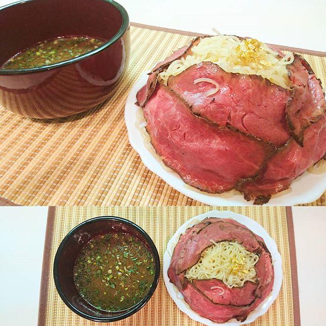 #ローストビーフラーメン 金箔付き にしてやった! お土産にもらった #徳島ラーメン #ふく利 をなるたけゴージャスにしたかったんです!いーんです! #ローストビーフ 流行ってるやない?だからねやっちゃいました!スープは、濃いめの醤油味で甘味も強いかな?流行りのトンコツやら魚感は無くて聞いてた通りすき焼き的な醤油ベースでしたな!うまいね!ちなみに金箔は、去年の佐渡島行った時に買ったお土産やね。金だから腐らないでしょ?いいね!この無駄にゴージャス感がぐっとくる!ほんとはローストビーフでぐるぐるにしたかったんだけど、麺が3人前だから予定より多くて肉が足りなくなりました… わりと東急ストアーのローストビーフうまい!