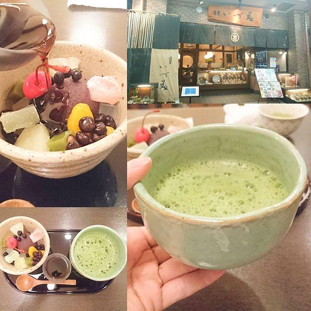東京で抹茶が飲める所 浅草 #いづ美 ですな。スッキリ系の抹茶だから緑茶なノリで飲みやすいですな。浅草はあんみつ屋さんにも抹茶がメニューにあるからすごい。緑茶も器を抹茶のやつにしてのめば、かっこよく飲めそうですな~。さすがに5件目となると糖分が満たされ過ぎて糖尿的なあれにありそうですよね。スマホ電池が無くなってきたから…もう1件行くか悩むところ… #侍猫度3 #嫁探しの旅
