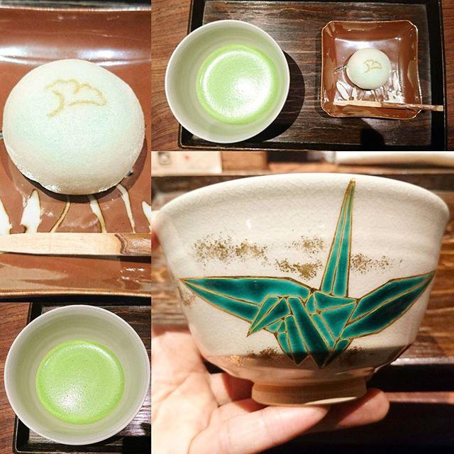 東京で抹茶が飲めるお店 #一保堂茶舗 #嘉木 の雲門の昔って抹茶セットにしてみた。まろやかで苦味が少ない抹茶だね。高い抹茶のいわゆる旨味感が強いのがシロートの侍猫さんでもわかるね。銀杏の焼き印入った和菓子は上品な甘さでした。和菓子もすごいらしいんだよね、京都の山芋使ったなんだかかんだかって色々説明してくれたんだけど忘れちゃった!器が今までで一番軽くてお洒落だね。 #侍猫さんぽ #抹茶