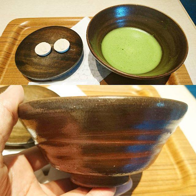 東京で抹茶が飲めるところ スカイツリー #nanasgreentea ですな。ここの抹茶はすごい個性的な味で旨味と苦味がぐいぐい主張してくるから好みが別れるだろうね。落雁といただくとちょうどいいタイプの抹茶ですよ。 スカイツリーのふもとに辻利もあるんだけど紙コップ系の器だから侍猫さん特別ルールにより飲めませんでした。器が大事! #抹茶