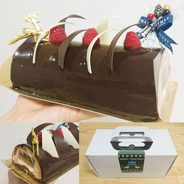 今年の #クリスマスケーキ だね。チョコレートケーキにしてみたよ。 さっきまでブランデーケーキ食べてたから2個めだわ。健康診断が終わってから食べまくってるね。まぁ…今年も一人で食べるんですけどね…まだ半分以上あまってるから食べたい人は来たらあるよ。ロウソクも余ってるし…メリークリスマス…Mrローレンス… そろそろ彼女的なのやら嫁的なのがね…一緒にあれして欲しいですよね… #クリスマス #christmas