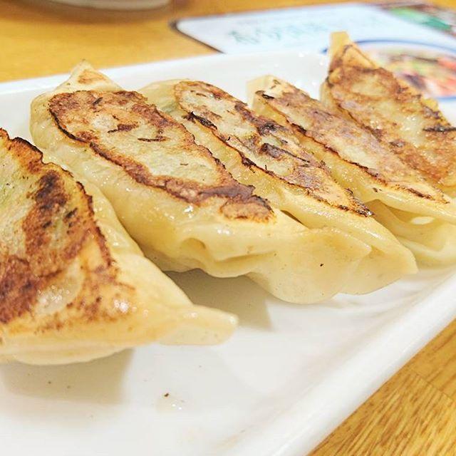 #焼き餃子 #武蔵小山 #リンガーハット ですな。まぁ最近のよくある冷凍量産型でよく食べる味ですな。次の日もお出かけ安心タイプ。食べやすいさつぱり系でしたがね個人的にはニンニク大盛が好き。