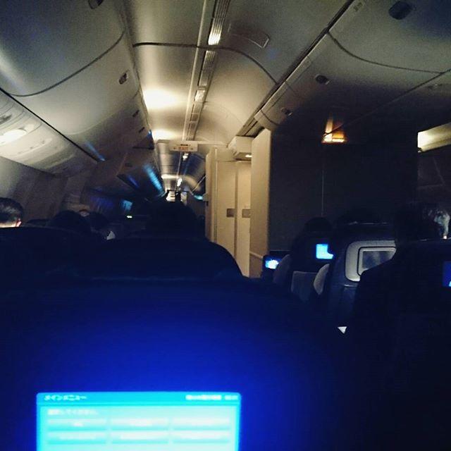 #海外旅行初心者の旅 014 残りの飛行時間は5時間あるよ… 暇すぎる!日本時間で20時って眠くないっつーの!何時も怒り新党見終わって寝る時間だもの!とりあえず…また寝るかな…飛行ってば寝てもすぐ目が覚めるよね。しかもエンジン音超すごいし!気流が荒れてるみたいですぐピンポンなるし!あー寝よ… #losangeles