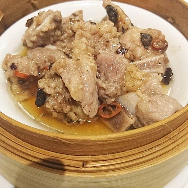 #美味しんぼに登場した実在するお店っぽいリスト 009 #横浜中華街 #聘珍樓 スペアリブの豆豉蒸しですな。中国風納豆と豚肉を一緒に蒸したものらしい。山岡士郎氏が「この風味が豚肉の味をぐんと高めている。」って言ってたやつね。ピリ辛で蒸し鶏と水炊きの間な感じの食感で、納豆的な香りは全然ないね。結構オイリーだからさっぱり続き飲茶にはアクセントによいやつ。 #侍猫さんぽ #美味しんぼ #飲茶 #神奈川