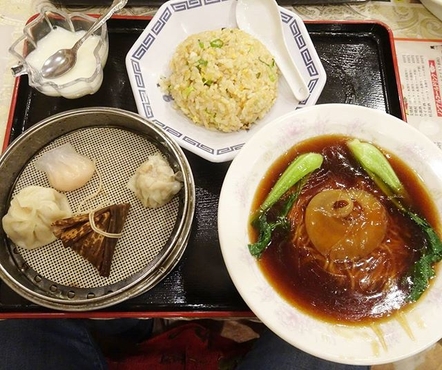 侍猫さんの夏休み #049 異人館のあとは、中華街へ行ってフカヒレ姿煮ラーメンチャーハンセットを食べたよ。るるぶにのってたお店のやつ…まぁ2100円でこれだけ食べられたらすごいと思うけどさ…だけどさ…もう少し金だしていいから頑張って欲しい味だったね。るるぶにかいてあるんだけどね…。やっぱりGoogle先生でちゃんと調べて行かないとダメだわ。 #兵庫 #三ノ宮 #三ノ宮駅 #japan #trip #travel #元町 #中華街