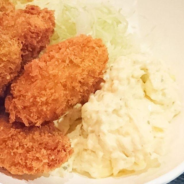 ちょいと遅めのお昼ご飯の人に伝えるランチ情報 #今日の祭ヤランチメニュー カキフライ定食にしたよ。特製タルタルが美味!マヨラーにはたまりませんな。タマゴサンドの卵エリアみたいなホワホワタルタルなんだよね。#ランチ #lunch  #東京 #日本橋 #人形町 #おすすめランチ #飲み屋 #定食 #祭ヤ #居酒屋 #居酒屋ランチ #japanesefoods #カキフライ #牡蠣 #カキ #マヨラー