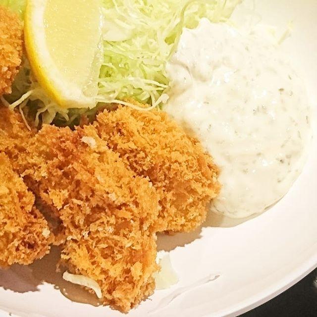 ちょいと遅めのお昼ご飯の人に伝えるランチ情報 #今日の祭ヤランチメニュー 新年1発目の祭ヤランチは、カキフライ!特製タルタルが牡蠣を越えてきてうまいやつだね!なんかタルタルに入ってるのが毎回ちがうから、マスターやりおる。#ランチ #lunch  #東京 #日本橋 #人形町 #おすすめランチ #飲み屋 #定食 #祭ヤ #居酒屋 #居酒屋ランチ #Greater日本橋マガジン #日本橋フォトコン #カキフライ #牡蠣