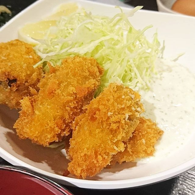 #ちょいと遅めのお昼ご飯の人に伝えるランチ情報 #祭ヤ カキフライ定食にしたよ。特製タルタル久しぶりだね。今回は玉ねぎとかシャリシャリ系のタルタルだわ。前は卵系だったんだよね。いろんなタルタルくるから良いよね!インスタからだと2枚目のメニュー画像が見られるよ。#カキフライ #牡蠣#ランチ #東京 #日本橋 #人形町 #おすすめランチ #飲み屋 #定食 #祭ヤ #居酒屋 #居酒屋ランチ  #yum #eat #tasty #lunch #japanesefoods #foodpic #foodpics #foodporn #foodie #foodism #foodshot #foodshare #instagram #insta #instagoods #instafood