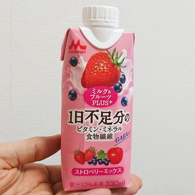 #いちご牛乳クラブ #1日不足分のビタミンミネラル食物繊維 ミルクにストロベリーミックスだから苺牛乳だね。甘さ控えめで牛乳な感じも弱いやつ。リンゴと謎の風味が特徴的なフルーツミックスジュースだね。 #イチゴオレ #いちごオレ #いちご牛乳 #イチゴ牛乳 #苺牛乳 #牛乳 #スイーツ #メソギア派 #銀魂 #糖分 #strawberrymilk