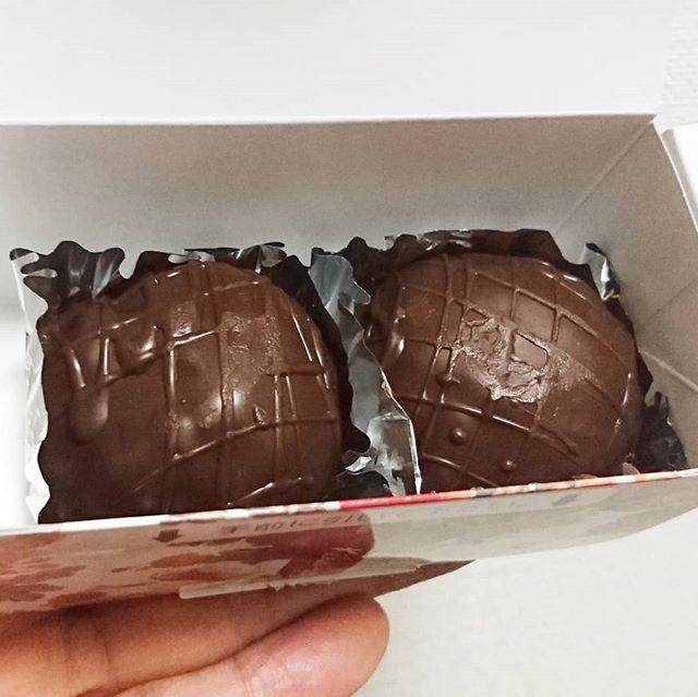 #愛ラムレーズン #ラムボール #喜久家  チョコの中にはしっとり生地にラムレーズンがいっぱい!これうまい!三茶のセレブ夫妻さまご馳走さまです。中華街に行ったら大箱で買います。