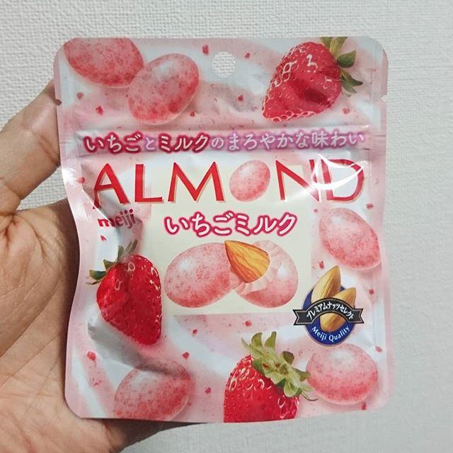 #いちご牛乳クラブ #アーモンドいちごミルク そんなに激甘じゃなく、ほんのり苺のやつ。もっと激甘で胃もたれするくらい濃厚なやつが食べたいね。 #イチゴオレ #いちごオレ #いちご牛乳 #イチゴ牛乳 #苺牛乳 #牛乳 #スイーツ #メソギア派 #銀魂 #糖分 #strawberrymilk