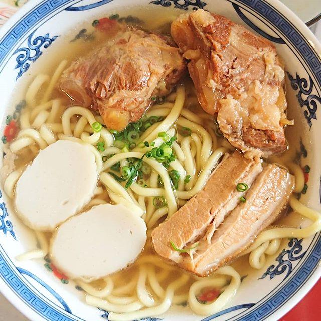 #ソーキそば #那覇そば 社長から肉をもらって肉増量した金運アップのソーキそばだよ。なんか大富豪になれそうな気がする。