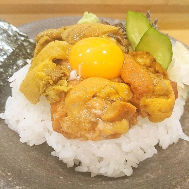 #うに虎喰#侍猫度☆☆☆★★築地で有名なウニ丼屋さんだね。馬糞ウニと紫ウニの食べ比べ丼にしてみた。一度は食べてみたいやつだよね。ちなみに一番スペシャルな5種食べ比べ丼は6000円越えの高級品だよ。