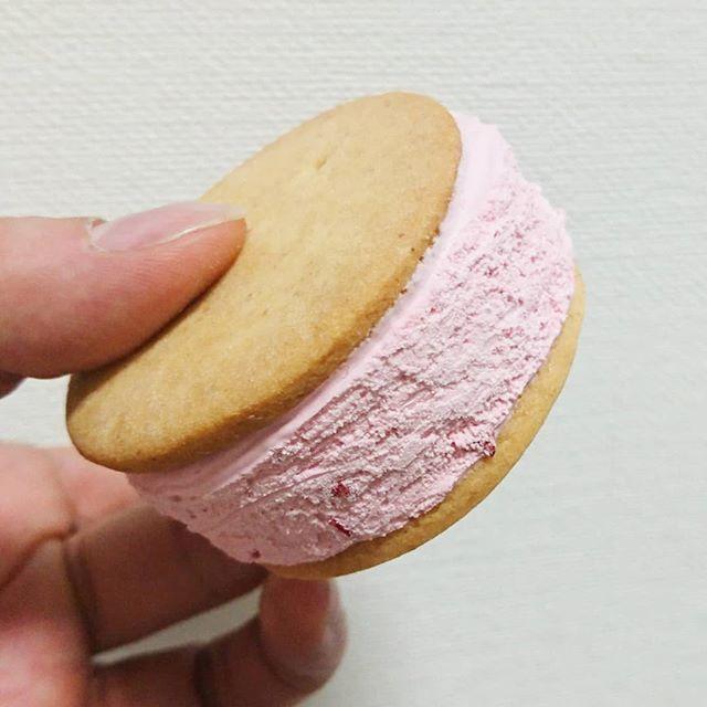 #いちご牛乳クラブ #サクバタサクッとバターサンドストロベリー #侍猫度☆☆☆★★ ちょいと固めなクッキーだから、噛むとクリームが飛び出るよ。見た目が豪華で良いよね  #いちごオレ #いちご牛乳 #イチゴ牛乳 #苺牛乳 #メソギア派 #糖分