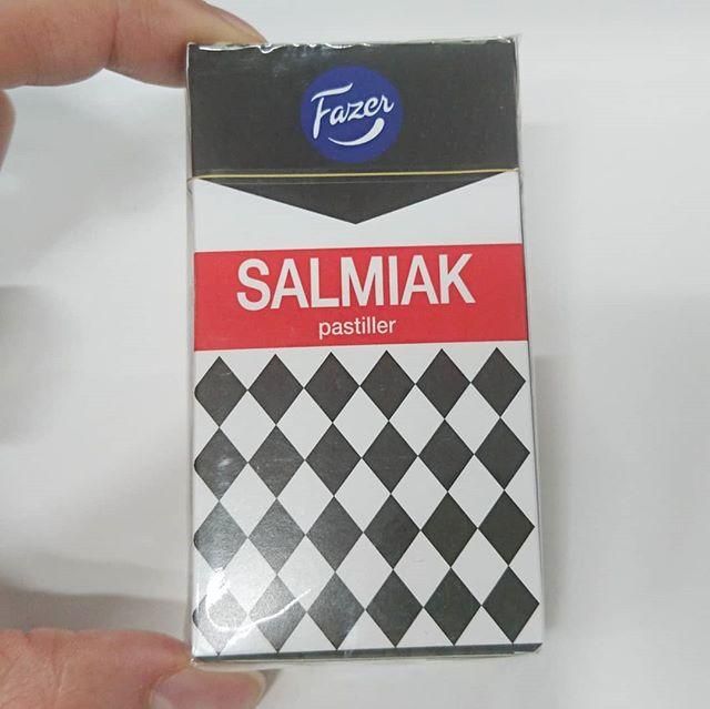 #サルミアッキ フィンランドで大人気のグミを初めて食べたです。噂以上に超絶不味い!黒いゴムを食べてる気分になれるやつ。プレゼントには良いけど、自分用にはもういらないね。