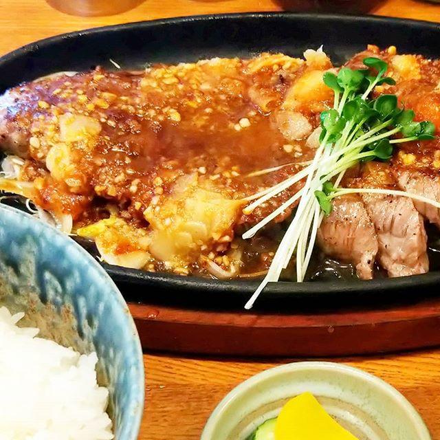 #さんきち #ジャンボステーキ定食 #武蔵小山 #侍猫度☆☆☆☆☆ 今日の11:30からさんきち復活ですよ!このステーキのニンニクソースがめちゃうまい!今度は大盛りカキフライ食べに行こっかな〜 武蔵小山で一押しの大盛り定食屋さんだね。