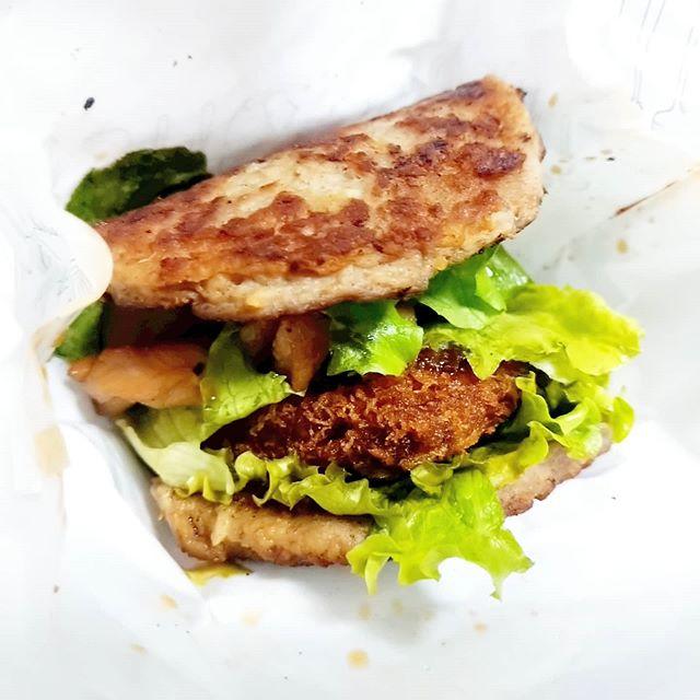 給料出たからモスの肉の日バーガーをいったった!#スパイシーにくカツにくバーガー …パンで肉をはさんだほうが好きってわかったね。