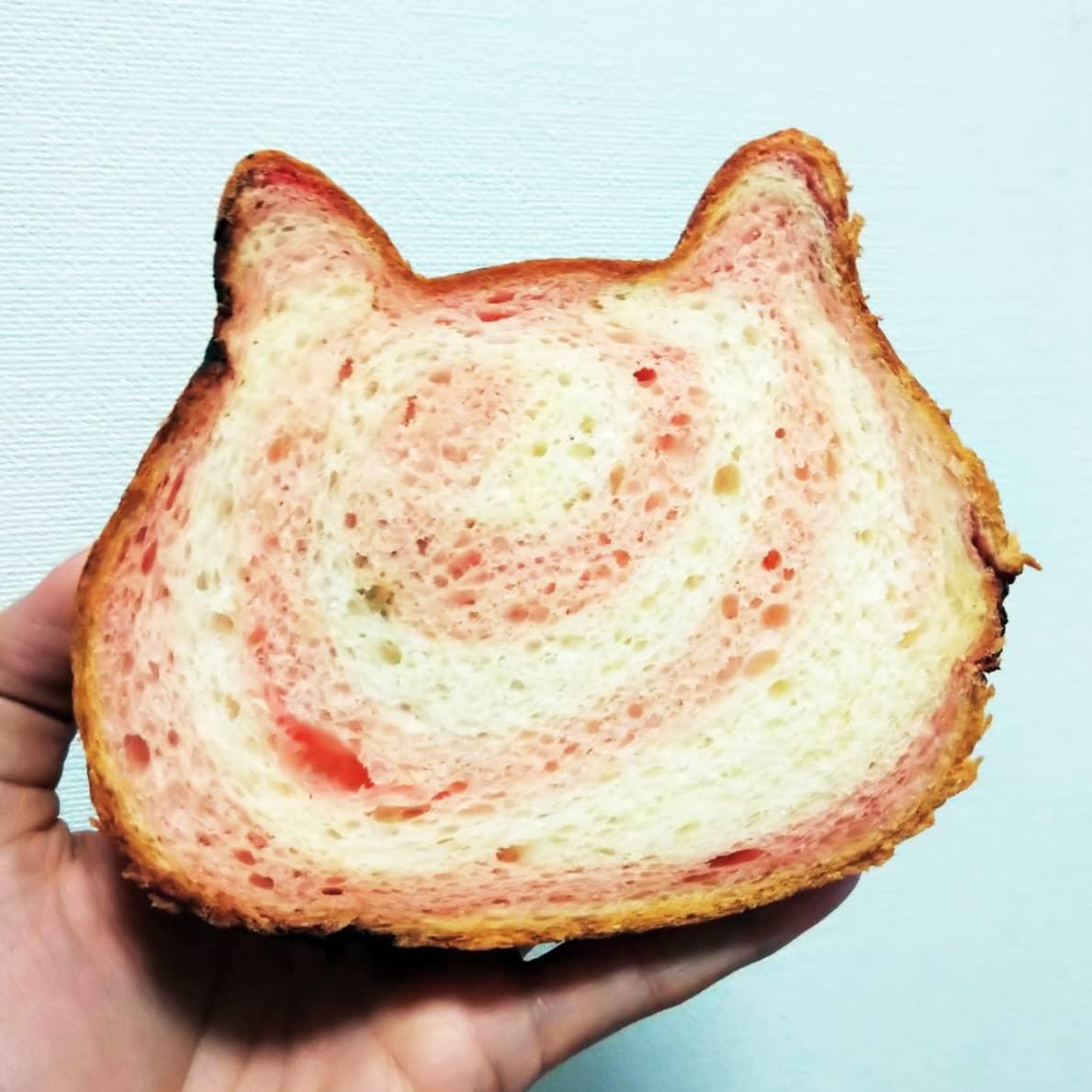 #ねこねこ食パンいちごみるく にゃんともおいしい、本格派食パン!ほんのり謎イチゴ風味がくるふわふわで美味しいやつ! ご馳走さまでした!