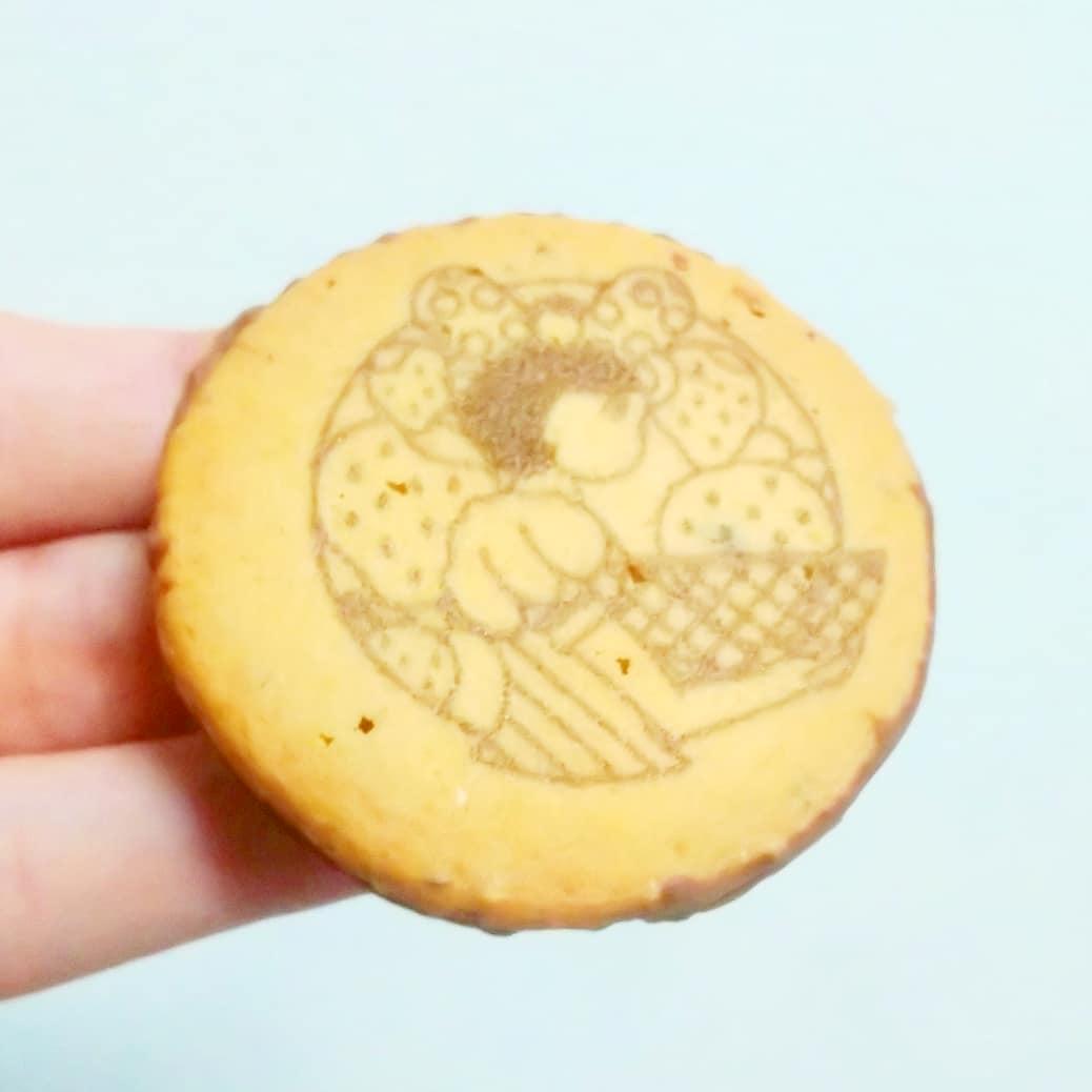 #いちごミルクラブ #イチゴショップ #イチゴミルクサンド 謎イチゴ系--☆--本物イチゴ系甘さ強め系--☆--控え目系こってり系--☆--さっぱり系超ミルク系--☆--生クリーム系おもいで度--☆-- #侍猫度チョコいちごクッキーにほんのりミルクな感じだね。しっかり甘いから普通に甘党が喜ぶチョコクッキーだね。中のジャムと硬すぎないミルクチョコの口どけもいいしクッキーのも硬すぎないから良い!ミルクチョコがたっぷりなんでチョコクッキーが好きな人は気にいるやつだね。商品解説読むと、練乳クッキーにイチゴジャムを挟みつつミルクチョコで包んだ作品のようですな。言われてみればクッキーに練乳感があったような気がしますな。東京駅のイチゴショップで買ったやつだよ。#いちごオレ #いちごオレ味 #いちごミルク #いちごミルクみたい #いちご牛乳 #いちご牛乳味 #イチゴ牛乳 #いちご牛乳クラブ #苺牛乳 #苺牛乳が好き #苺ミルク #苺スイーツ #苺 #苺好きに生まれたからには #メソギア派 #糖分 #いちごミルク味 #スイーツ #スイーツ好き #スイーツスタグラム #スイーツタイム #スイーツ写真 #strawberry #strawberrymilk